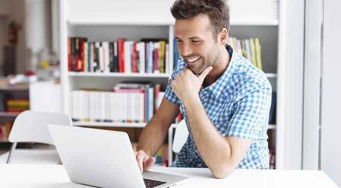 Usuario sonriente realizando apuestas