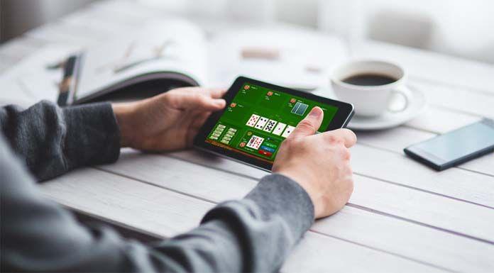 persona jugando al poker online